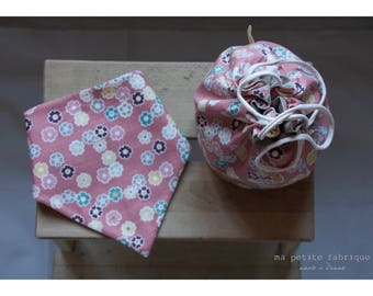 Bandana bib Duet & bag pouch - pink flower motifs