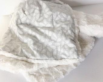 Neutral Baby-Decke - Feder Minky Decke / Neugeborenen Decke grau / Baby Kinderwagendecke / Baby-Geschenke auf Etsy / sofort lieferbar