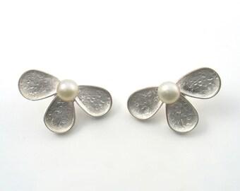 Bridal Pearl Earrings.Ivory fresh water pearls sterling silver studs flower Earrings. Wedding Earrings.June birthstone, Elegant earrings .