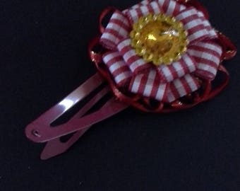 1 red chequered bow with yellow gem