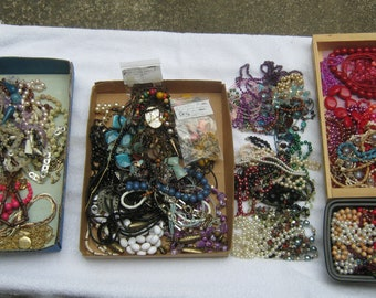 Gorgeous lot of 124 VINTAGE NECKLACES of various colors and materials