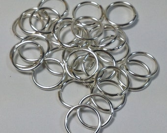 23 openable rings in hypoallergenic silver-plated metal. 12 mm.