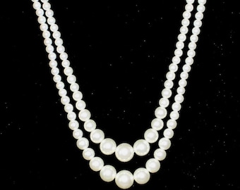 Women's vintage faux pearl necklace with golden colored details