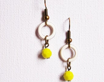 Two-tone ring white and lime green pearl earrings