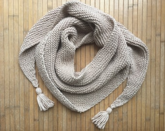Knitted shawl with a cotton blended yarn with tassels in beige. Very soft. Ideal for spring and summer.  Approx. 180cm wide.