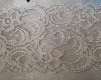 Lace in beige tulle of 8.5 cm in width has sewing