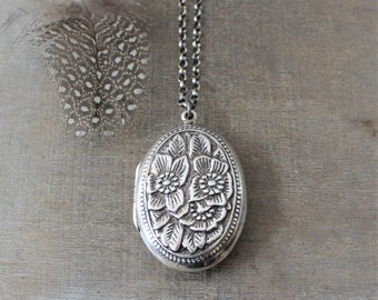 Silver Oval Locket Necklace, Silver Photo Locket Pendant, Repousse Locket, Picture Locket, Sterling Silver Locket, Push Present, Push Gift
