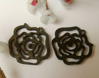 2 wooden flower shaped charms
