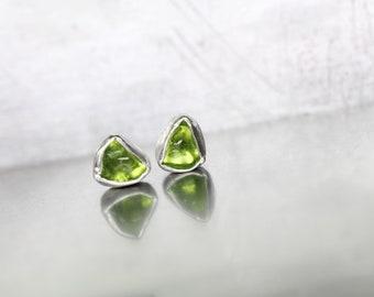 Raw Tumbled Peridot Stud Earrings Cute Little Triangle Gemstones August Birthstone Silver Bezels Neon Green Rough Arizona Gems - Grüneckchen