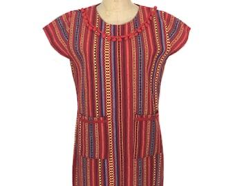 Vintage robe tissée guatémaltèque / rayures arc en ciel / pom pom col / robe ethnique coloré / cru des femmes robe / taille medium