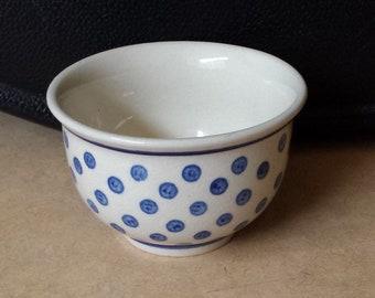 Bolesławiec (Bunzlau) D1: unusual polkadot bowl, 1970s, sponge pattern in lovely blue