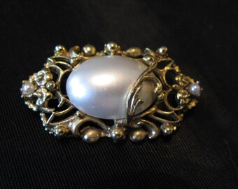 1920s Revival Brooch Costume Jewelry, faux pearl brooch pin from 1980s