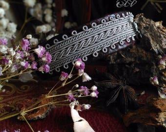 Veaidnu brodé | Bracelet en cuir de veau et fil d'étain | Inspiration bijoux scandinaves et finno-ougriens | Tenntråd