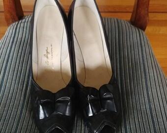 Vintage 1940s 1950s black peep toe pumps, bow. Naturalizer, 9 or 8.5 narrow