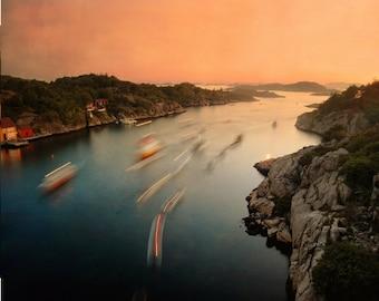 Verträumte Landschaft, Meer Bild, Förde-Foto, skandinavische Kunst, Sankthans in Norwegen, Nacht Foto mit Lagerfeuer und Boote, 8 x 10-Photographie