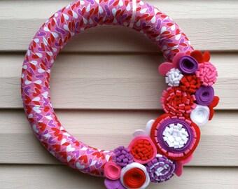Couronne de la Saint-Valentin - Couronne de tissu coeur décoré avec fleurs en feutre. Couronne de coeur Couronne - décoration de jour de la Saint-Valentin - la Saint-Valentin