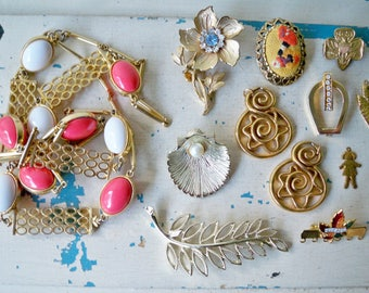Lot of vintage jewelry pieces - Lot of 12 - Necklace, flower, sea shell, etc. - Assemblage jewelry making supplies - cheesegrits #81