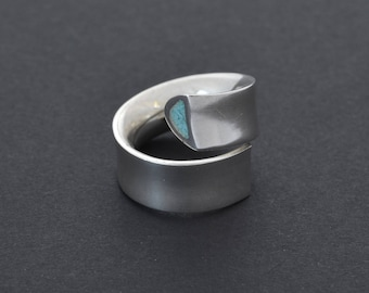 Turquoise silver ring. Spiral shaped ring. Elegant sleek ring. Sterling silver. Hand made jewelry, contemporary jewellery. Design by Pragga.