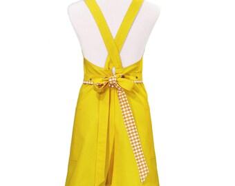 Mujer en delantal de algodón amarillo