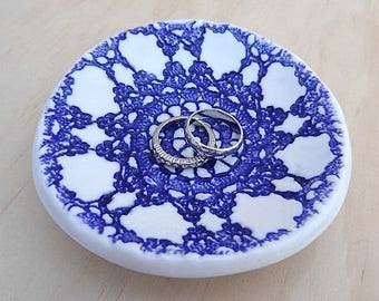 Ceramic ring dish. Navy blue ring holder, jewellery holder, porcelain bowl. Perfect for engagement or wedding gift. Bridesmaid gift