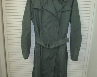Vintage US Womens Army Corp GI army green 1960-70 rain trench coat Water repellent military style caped epaulets belted GI women's raincoat