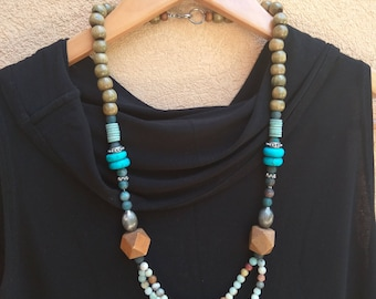 Bead necklace that combines wooden beads with Gemstones