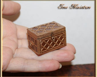 Miniature vintage dower chest for mini Dollhouse and roombox. Handmade 1:24. Scale 12. For doll, tiny bjd. Luggage. Artisan.  Does not open.