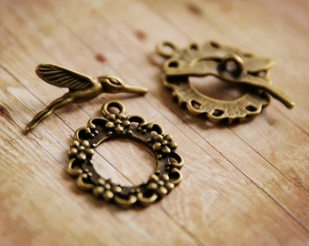 Antiqued BRONZE hummingbird and flower wreath toggle clasp (8pcs, 4 sets) Rd27313 R30
