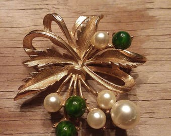 Beautiful vintage brooch, gold tone brooch, pearl