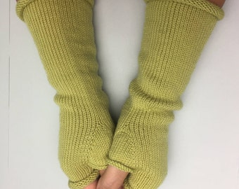 Knitted gloves made of 100% merino wool