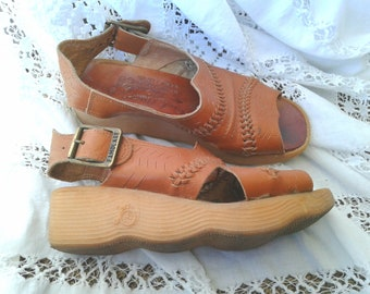GET THERE Italy Vintage Wave Sandles Leather Famolare 1970s era Spring / Summer Shoes * Retro Chic Rubber Bottom * Classic Chic * Bicycle