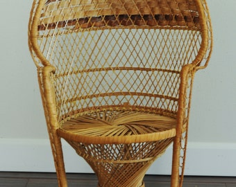 Small Vtg Peacock Wicker Fan Chair Shabby Chic Cottage-Boho Childs Peacock Chair