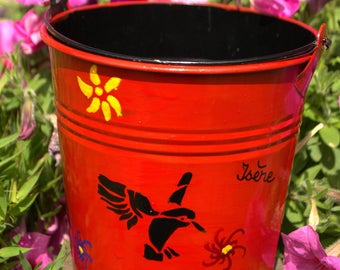 Red decorative pot that can be used as a planter