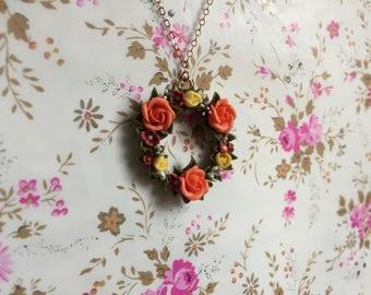 Pendentif orné de fleurs