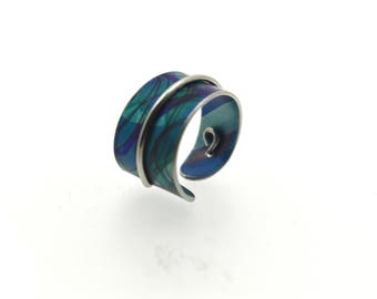 Adjustable anodized aluminum ring with decorative wire, lime & blue, light weight.