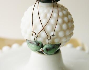 Boucles d'oreilles en céramique de petit oiseau - rustique Aqua Mist - Extra Long Français cuivre Earwires - prêt à expédier