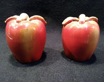 Red Apple Salt and Pepper Shakers , Made in China   (1385)