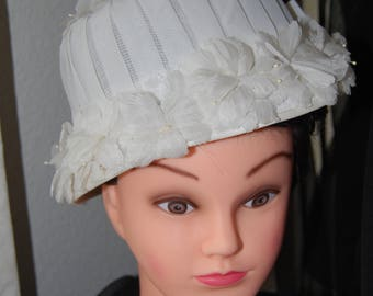 Vintage 1950s White Flowered Cloche Hat with Bow