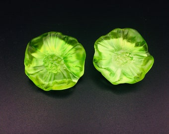 Clips vintage lucite green bright flowers en plastic . Very light. Very nice!!