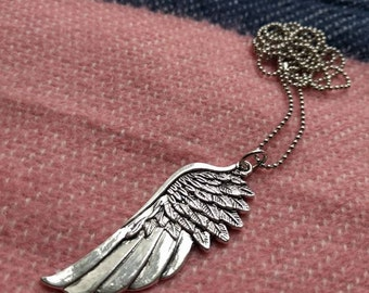 Silver-coloured stainless steel wing with beads chain of 60 cm.