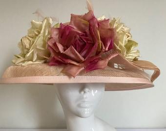 Pfirsiche, Creme und ein Flügel - Hut Couture Hochzeit/Rennen/Mutter der Braut Designer Hut