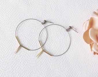Minimalist hoop earrings in bronze and brass metal
