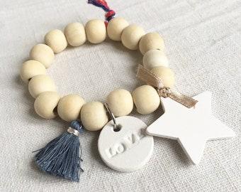 """Bracelet """"ELLA"""" perles bois naturel et breloques grises et blanches"""