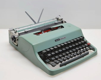 Vintage 1971 Underwood Olivetti Lettera 32 Manual Typewriter in Teal, New Ribbon, Excellent Working and Cosmetic Condition, Italian Design