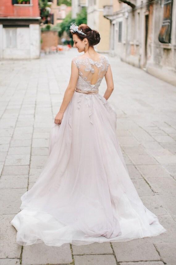 Romantisches Brautkleid im Schatten Lavendel