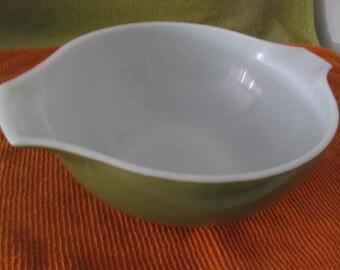 Pyrex 443 2.5 qt VERDE Cinderella Mixing Batter Bowl Avocado Green lug handle pour spout  Mid-Century Modern