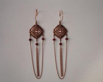 Earrings - Boucles d'oreilles chandeliers et perles facettées rouge foncé