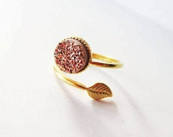 Rose gold druzy ring. Druzy stone ring. Gold leaf ring. Rose gold ring. Delicate ring. Nature ring. Adjustable ring. Wrap ring.