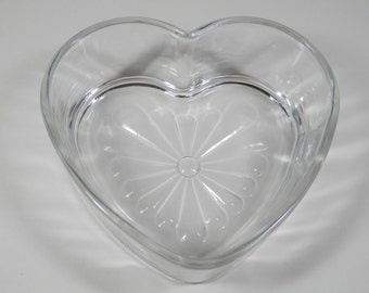 Vtg Heart Shape Clear Solid Glass Emboss Dish Candy Jewelry Ring Trinket Holder Vanity Dresser Tray Romantic Office Desk Decorative Gift EUC
