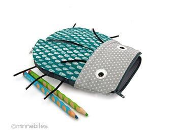 Jour de pluie scarabée pochette - crayon cas - rangement enfant - Toy Bag - retour à pochette sac d'école - Bug insecte gris - vert - prêt à expédier
